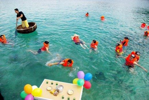 Tại hòn đảo này còn có dịch vụ mặc áo phao và dùng bữa ngay trên biển.