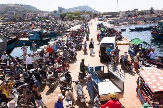 Cảnh náo nhiệt đón khách ở một bến tàu trên đảo Lý Sơn.
