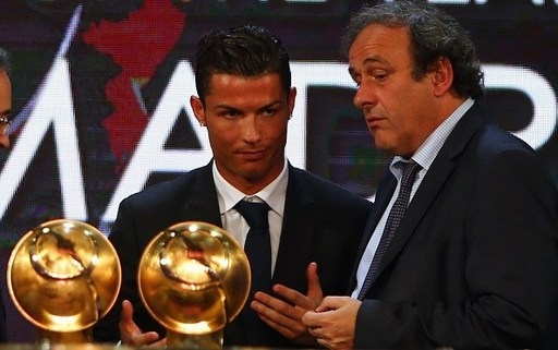 Ngôi sao 29 tuổi cũng dập tắt những tin đồn anh có mối hiềm khích với chủ tịch UEFA, Michel Platini khi tỏ ra thân thiện và có hành động thanh minh với huyền thoại người Pháp. Trước đó, tại lễ trao giải FIFA Club World Cup, Ronaldo từng bất ngờ từ chối bắt tay Platini.