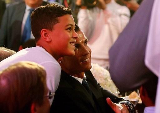 Trong ngày vui của bố, cậu nhóc Cristiano Ronaldo Jr tất nhiên không thể vắng mặt.