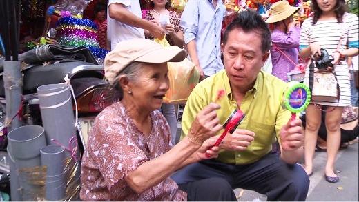 Yan tập trung lắng nghe bà lão giải thích về món đồ chơi trẻ con