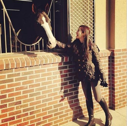 Yuri thích thú khoe hình cùng chú ngựa với tâm trạng cực kỳ vui vẻ