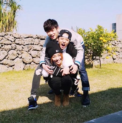 Amber đăng hình đùa giỡn cùng Ailee và Eric Nam, cô viết: Tôi và anh chị em ngu ngốc nè. Nhưng em út là tuyệt vời nhất.