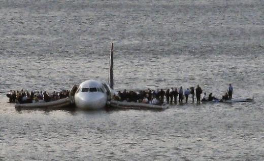 Ngày 15/1/2009 đã đi vào lịch sử hàng không thế giới khi chiếc Airbus A320 của hãng hàng không US Airways đã hạ cánh hoàn hảo xuống dòng sông Hudson, New York, Mỹ vì sự cố động cơ. Khi máy bay va chạm với đàn ngỗng trời, cả hai động cơ của nó rơi vào tình trạng ngừng hoạt động. Sự cố khiến cơ trưởng Chesley B. Sullenberger quyết định hạ cánh máy bay xuống nước. Ảnh: NYtimes