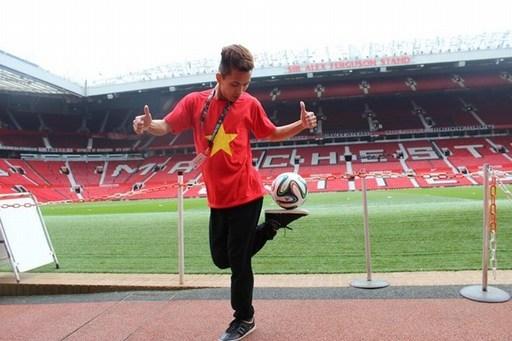 Ngoài Real Madrid, Kim Phúc cũng đã đến Man United nhờ tài tâng bóng của mình. Ảnh: NVCC.