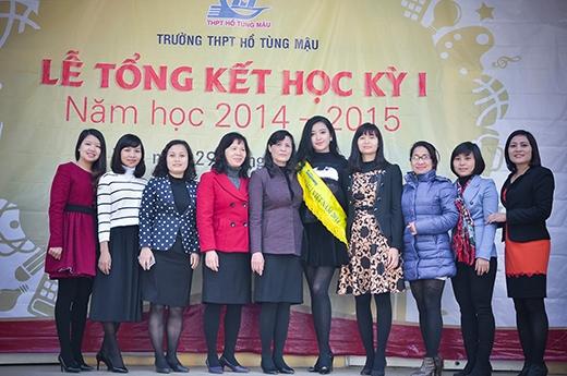 Huyền My chụp hình kỷ niệm cùng các cô giáo trong trường. - Tin sao Viet - Tin tuc sao Viet - Scandal sao Viet - Tin tuc cua Sao - Tin cua Sao