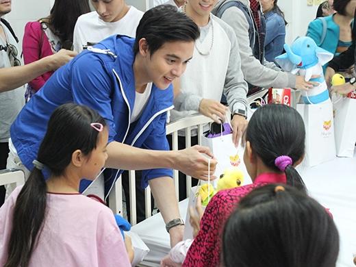 Nam diễn viên - hotboy Thái Lan vui vẻ trò chuyện và tặng quà cho từng em. - Tin sao Viet - Tin tuc sao Viet - Scandal sao Viet - Tin tuc cua Sao - Tin cua Sao
