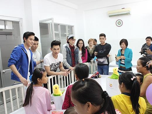 Nhóm 365 và hoàng tử Thái James Jirayu đi từ thiện - Tin sao Viet - Tin tuc sao Viet - Scandal sao Viet - Tin tuc cua Sao - Tin cua Sao