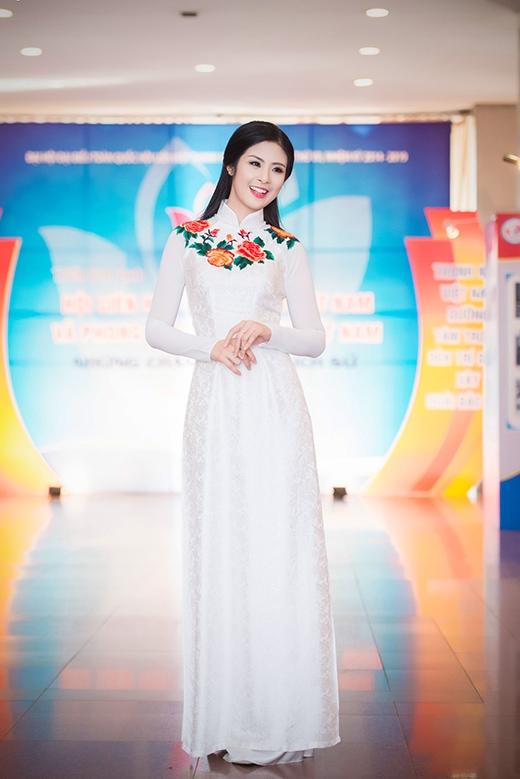 Hoa hậu Ngọc Hân cũng duyên dáng tà áo dài trắng. - Tin sao Viet - Tin tuc sao Viet - Scandal sao Viet - Tin tuc cua Sao - Tin cua Sao
