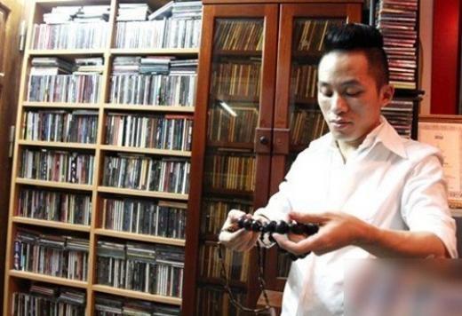 Tùng Dương sưu tầm băng, đĩa nhạc: Một trong những điểm ấn tượng trong căn nhà của chàng Trương Chi 8X là bộ sưu tập băng, đĩa nhạc lên tới gần 6000 chiếc với đủ các thể loại âm nhạc khác nhau của các ca sĩ thành danh trong nước và quốc tế. Mỗi lần lưu diễn ở nước ngoài, Tùng Dương đều tranh thủ lui tới các cửa hàng bán đĩa. Anh có thể ngồi hàng giờ để tìm những chiếc đĩa mà anh yêu thích. - Tin sao Viet - Tin tuc sao Viet - Scandal sao Viet - Tin tuc cua Sao - Tin cua Sao