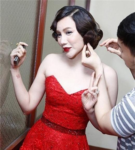 Trong khi đó, kiểu tóc uốn mô phỏng vẻ đẹp của các quý cô thập niên 20 khiến Hồ Quỳnh Hương trông già dặn và cứng nhắc.