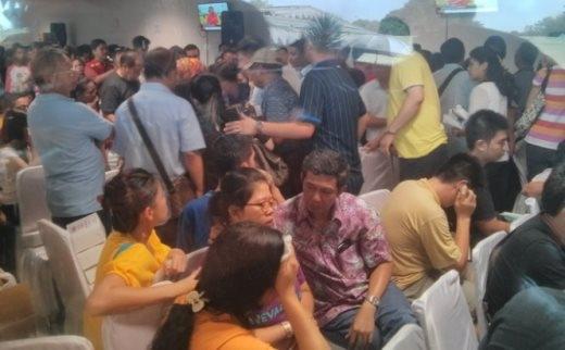 Thân nhân người bị nạn tại sân bay Juanda - Ảnh: Lê Nam