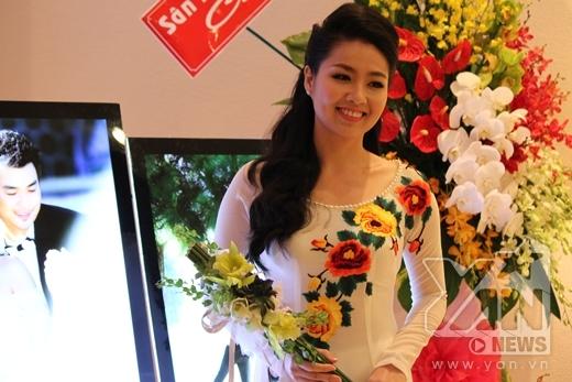 Lê Khánh nền nã diện chiếc ào dài trắng được in hình những bông hoa. Được biết đây là thiết kế của NTK Thuận Việt được thiết kế riêng cho Lê Khánh. - Tin sao Viet - Tin tuc sao Viet - Scandal sao Viet - Tin tuc cua Sao - Tin cua Sao