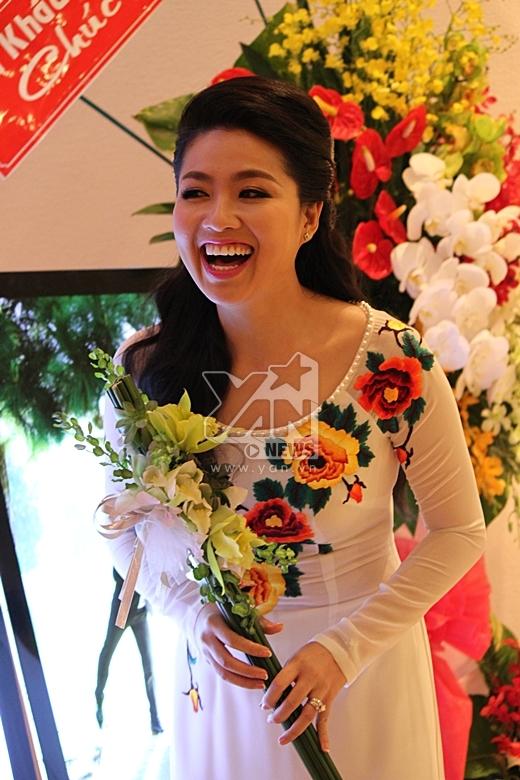 Cô dâu tươi cười trong ngày trọng đại của mình - Tin sao Viet - Tin tuc sao Viet - Scandal sao Viet - Tin tuc cua Sao - Tin cua Sao