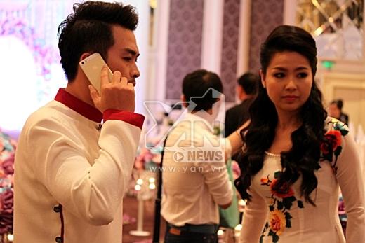 Chú rể Tuấn Khải liên tục bận rộn với điện thoại. - Tin sao Viet - Tin tuc sao Viet - Scandal sao Viet - Tin tuc cua Sao - Tin cua Sao