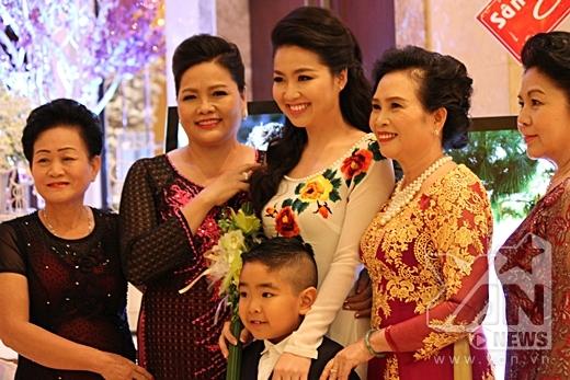 Lê Khánh rạng rỡ chụp hình cùng gia đình - Tin sao Viet - Tin tuc sao Viet - Scandal sao Viet - Tin tuc cua Sao - Tin cua Sao