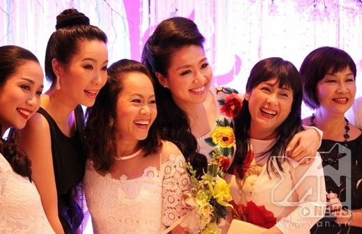 Lê Khánh hạnh phúc trong vòng tay yêu thương của các chị gái trong sân khấu kịch Idecaf - Tin sao Viet - Tin tuc sao Viet - Scandal sao Viet - Tin tuc cua Sao - Tin cua Sao