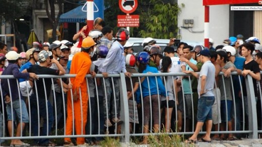 Lực lượng cảnh sát giao thông Q.5 và Q.8 được tăng cường để giải tán đám đông tụ tập - Ảnh: Kim Anh