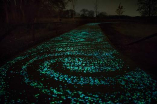 Con đường phát sáng lấy cảm hứng từ tranh Van Gogh.