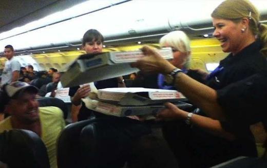 Hành khách của hãng hàng không Frontier Airlines bay từ Washington đến Denver lúc nửa đêm, trễ 5 tiếng so với dự định, nhưng phần lớn không hề phàn nàn. Trong khi họ đang đợi bão tan ở Wyoming, tâm trạng của hành khách và cả tiếp viên rất vui vẻ khi cơ trưởng đặt pizza đến máy bay.