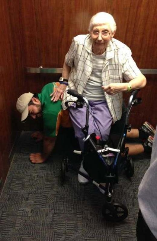 Nhân viên dịch vụ vận chuyển đồ College HUNKS ở Florida chứng minh rằng tinh thần hiệp sĩ vẫn còn tồn tại. Vào tháng 4, khi anh bị kẹt trong thang máy với một người phụ nữ lớn tuổi, Cesar tự mình làm thành chiếc ghế để cụ ngồi lên.