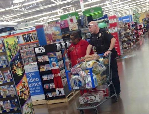 Sĩ quan John Holder và góa phụ 73 tuổi Dorothy Shepard đã thiết lập một tình bạn kì lạ sau khi Dorothy phải trải qua nhiều ca phẫu thuật. Bức hình chụp bởi một người mua sắm ở Walmart trước lễ Tạ ơn, trong đó người sĩ quan Texas đang giúp cụ mua rau củ.