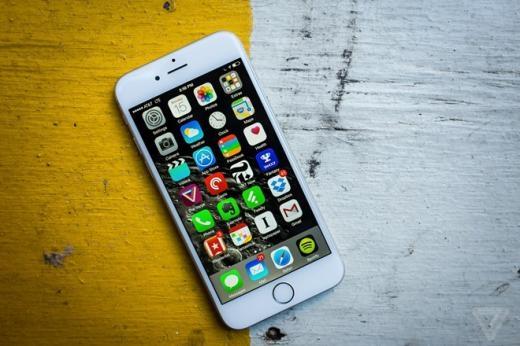 Nhử mồi là cách kinh doanh thường được áp dụng để nâng giá trị trung bình của một món hàng. Trong năm 2014, giá trung bình của iPhone 6 đã vô tình tăng lên khi Apple khai tử bản 32 GB và giúp hãng này kiếm được một lượng tiền lớn.