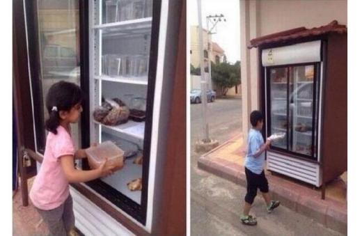 Để những người ăn xin không phải xấu hổ khi lục thùng rác hay phải đi xin thức ăn, một người ở Saudi đã lắp một tủ lạnh khổng lồ trước nhà để cung cấp thức ăn tươi ngon cho những người vô gia cư thoải mái đến và lấy. Ngoài ra, anh cũng mời hàng xóm đến thành phố cùng đến đóng góp chia sẻ đồ ăn thừa của mình