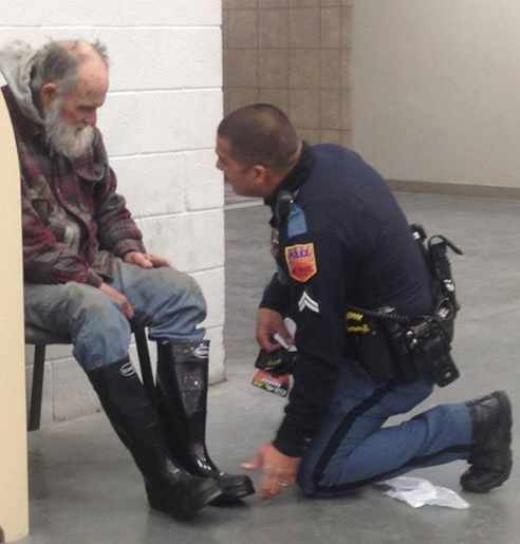 Một sĩ quan cảnh sát El Paso giúp đỡ người đàn ông vô gia cư trong cơn bão tuyết tháng 12 năm 2013. Người đã đăng bức hình này lên trang facebook cho biết người đàn ông đó chỉ muốn đi nhờ xe đến trại tế bần nhưng Flores nhận thấy anh không có giày, nên đã mua cho anh một đôi ủng đi tuyết, vớ và bao tay mới.
