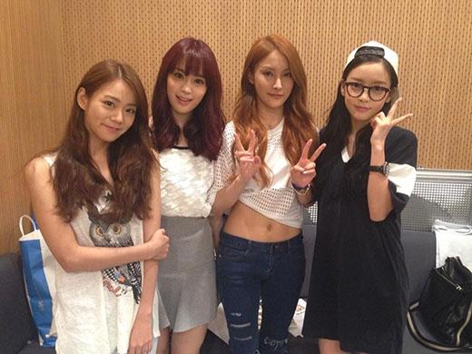 Thành viên mới Youngji (từ trái qua, đứng thứ 2)