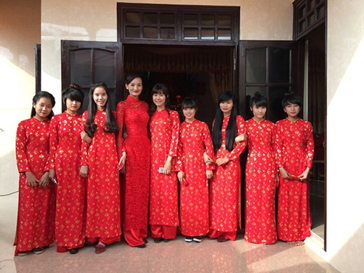 Cô dâu Lê Thúy dịu dàng với áo dài ren đỏ. - Tin sao Viet - Tin tuc sao Viet - Scandal sao Viet - Tin tuc cua Sao - Tin cua Sao