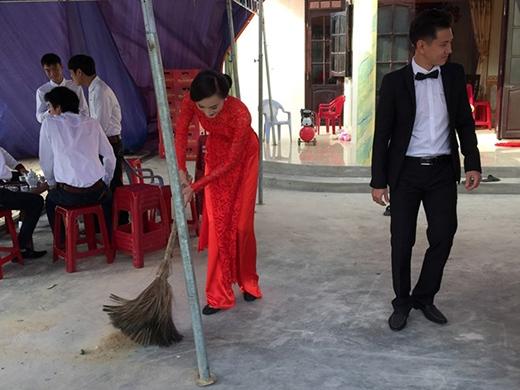 Rồi không ngại cầm chổi quét nhà trong khi đang đóng bộ áo dài truyền thống. - Tin sao Viet - Tin tuc sao Viet - Scandal sao Viet - Tin tuc cua Sao - Tin cua Sao