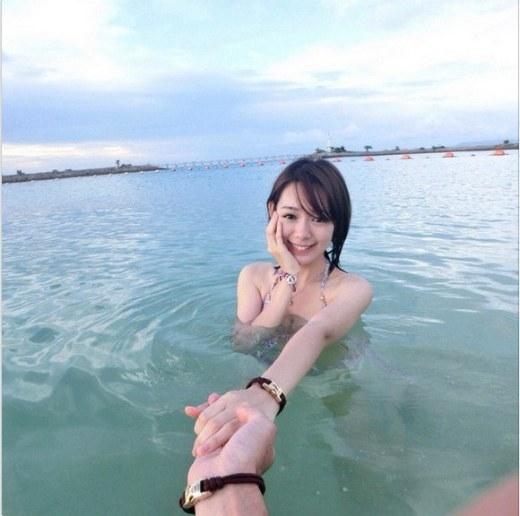 Hot girl bất ngờ nổi tiếng vì bức ảnh nắm tay em