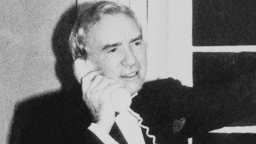 Ernest Harrison, chủ tịch đầu tiên của Vodafone nhận điện thoại từ con trai trong năm mới.