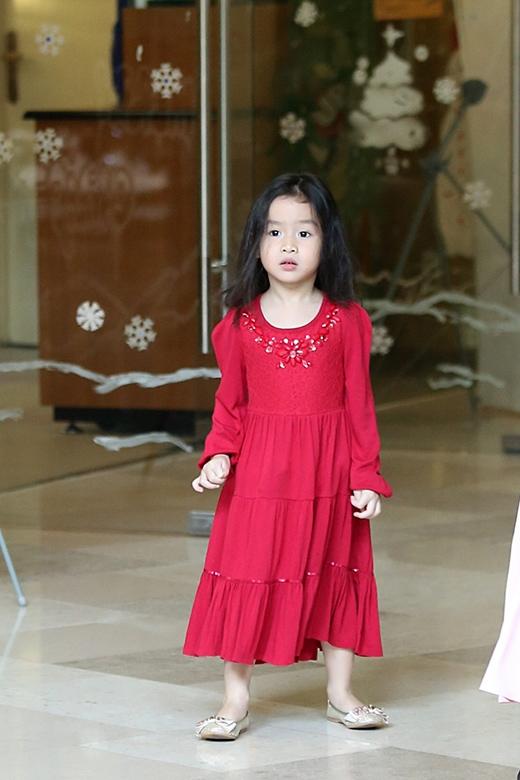 Tuy mới lên 3 tuổi nhưng bé Mina khá độc lập và chững chạc. - Tin sao Viet - Tin tuc sao Viet - Scandal sao Viet - Tin tuc cua Sao - Tin cua Sao