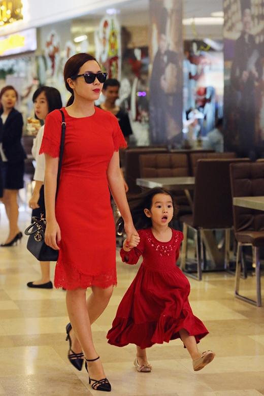 Cô còn ghi điểm khi diện chiếc váy đỏ sang trọng phối cùng túi Dior với giá gần 100 triệu. - Tin sao Viet - Tin tuc sao Viet - Scandal sao Viet - Tin tuc cua Sao - Tin cua Sao