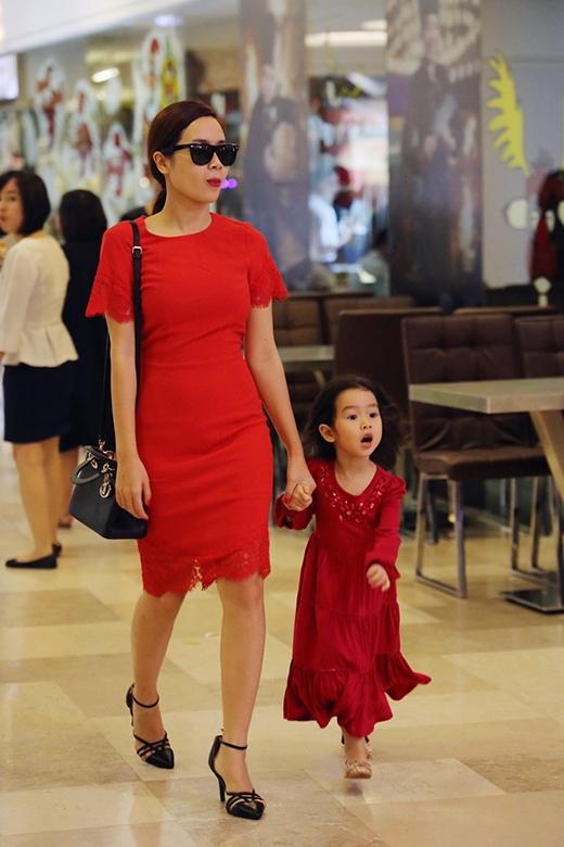Hai mẹ con nổi bật với bộ trang phục ton sur ton màu đỏ. - Tin sao Viet - Tin tuc sao Viet - Scandal sao Viet - Tin tuc cua Sao - Tin cua Sao
