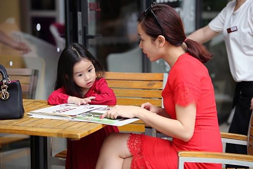 Hai mẹ con Lưu Hương Giang vui vẻ trò chuyện. - Tin sao Viet - Tin tuc sao Viet - Scandal sao Viet - Tin tuc cua Sao - Tin cua Sao