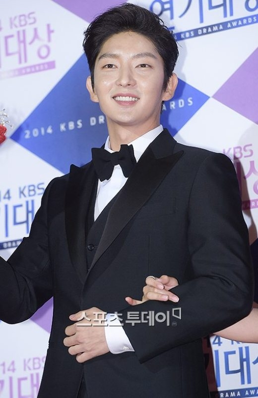 Mỹ nam Lee Jun Ki cực bảnh tại lễ trao giải cuối năm