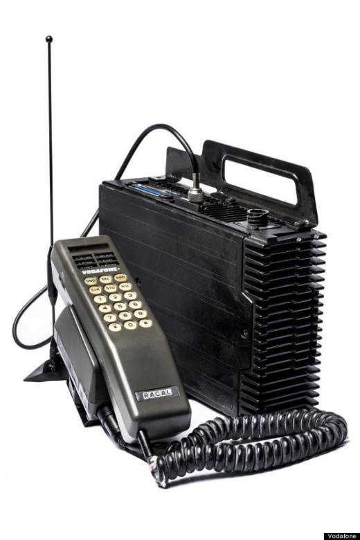 """Nặng khoảng 4,9kg, chiếc """"điện thoại di động duy nhất với 10 watt công suất RF"""" trị giá 1475 bảng Anh, tương đương với 4000 bảng hiện nay (khoảng hơn 133 triệu đồng). Giá đỡ cồng kềnh của nó đặt trong cốp xe và chiếc điện thoại thì được gắn trên bảng điều khiển ở tay vịn."""