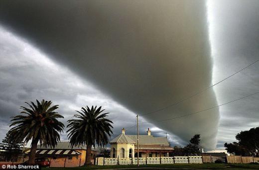 Một đám mây nhìn như cơn lốc xoáy trên bầu trời.