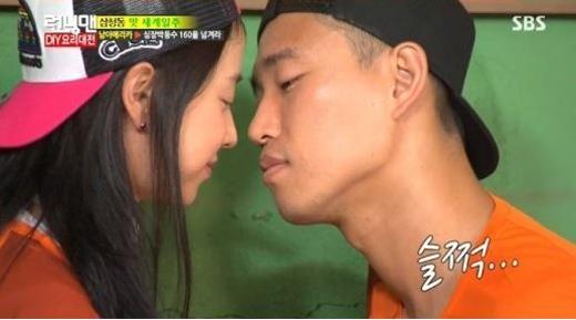 Trong tập phát sóng ngày 27/7, Song Ji Hyo và Gary đã cùng tham gia một thử thách tăng nhịp tim bằng cách nói về những kể niệm của họ trong quá khứ khi Gary hôn Song Ji Hyo. Và cũng chính thử thách này đã giúp họ thành công.