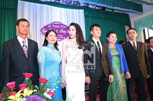 Khách mời đứng cả lên ghế để xem đám cưới Thủy Tiên - Công Vinh - Tin sao Viet - Tin tuc sao Viet - Scandal sao Viet - Tin tuc cua Sao - Tin cua Sao