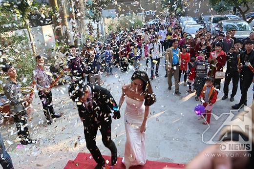 Đám cưới của Thủy Tiên - Công Vinh thu hút rất đông sự quan tâm của người dân xung quanh. - Tin sao Viet - Tin tuc sao Viet - Scandal sao Viet - Tin tuc cua Sao - Tin cua Sao