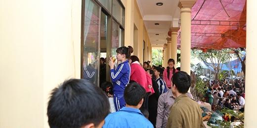 Phía bên ngoài cửa sổ cũng hàng trăm người dân đứng xem. - Tin sao Viet - Tin tuc sao Viet - Scandal sao Viet - Tin tuc cua Sao - Tin cua Sao