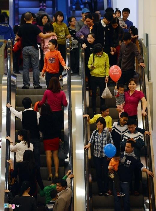 Thiếu chỗ chơi, người dân vạ vật khắp trung tâm thương mại