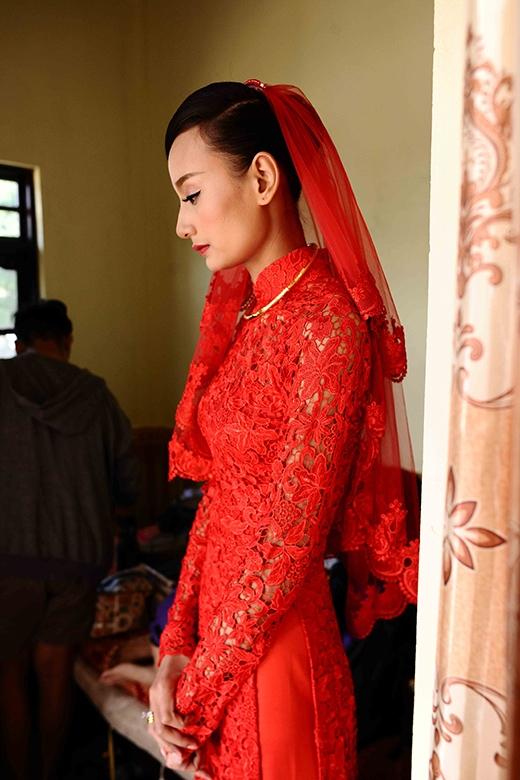 Lê Thúy đầy xinh đẹp với áo dài ren đỏ của nhà thiết kế Đỗ Mạnh Cường. - Tin sao Viet - Tin tuc sao Viet - Scandal sao Viet - Tin tuc cua Sao - Tin cua Sao