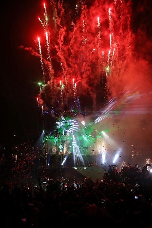 Hơn 300 nghìn khán giả Thủ đô hòa mình vào thời khắc chuyển giao giữa năm cũ và năm mới. - Tin sao Viet - Tin tuc sao Viet - Scandal sao Viet - Tin tuc cua Sao - Tin cua Sao