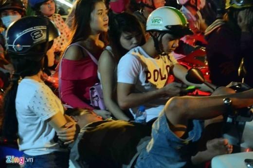 Dựng xe máy bên lề đường Phạm Ngũ Lão để ngủ.