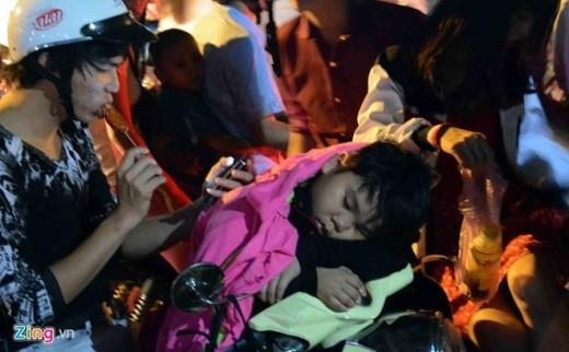 Nhiều trẻ em không chống lại được cơn buồn ngủ dù tiếng động cơ xe cộ vẫn nổ vang.